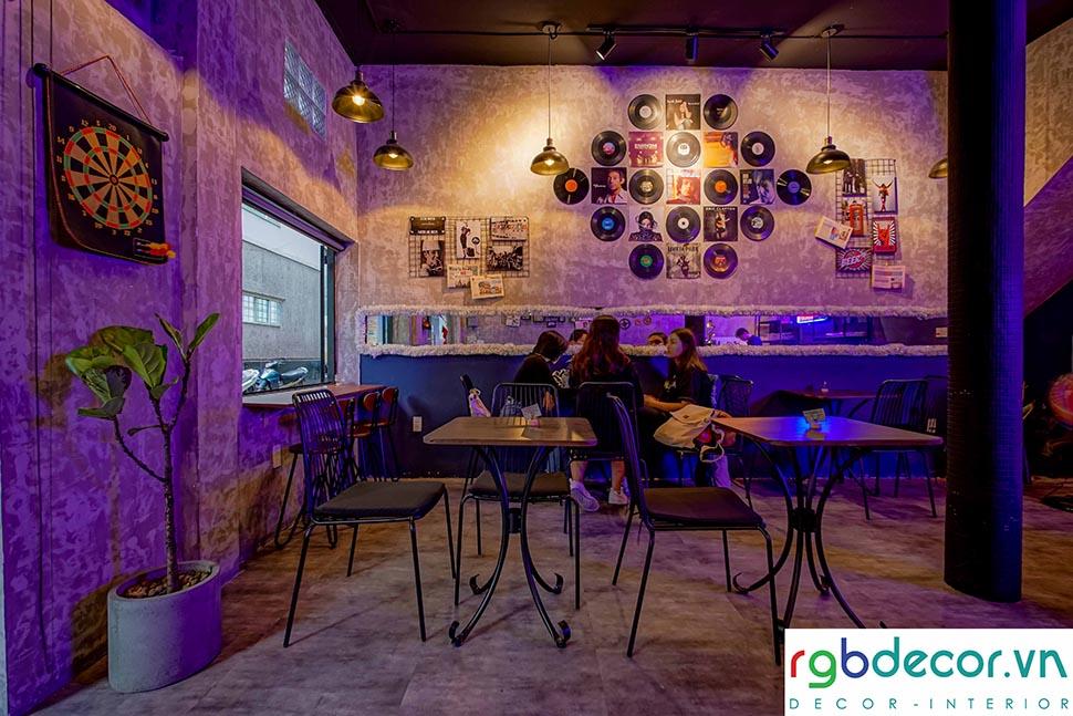 Không gian bên trong quán cafe gợi sự ấm áp nhờ ánh đèn vàng
